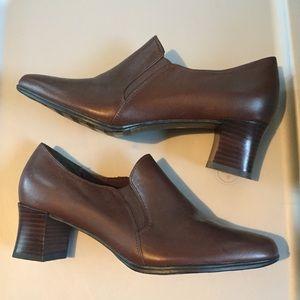 NWOT Liz Baker leather heeled loafers